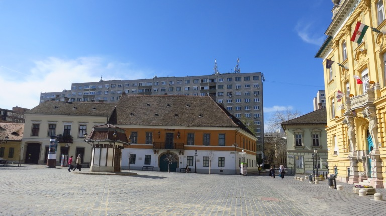 The Fö tér (main square) of Óbuda with the town hall, another old building and if you look close enough you can find a small panel-house behind. Found it?